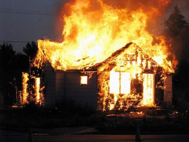 Восемь человек погибли при пожаре в частном доме в Пермском крае