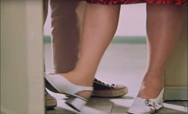 женские и мужские ноги в дверях