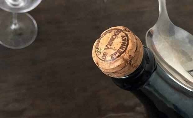 Как эффектно открыть шампанское… ложкой и поразить всех гостей