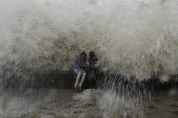 Волна накрыла людей