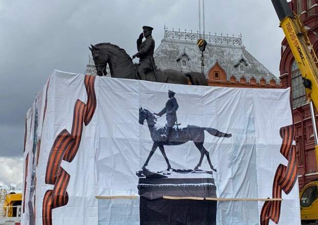 Памятник Жукову подменили: Маршал теперь отдает честь Сталину и не топчет гитлеровские знамена