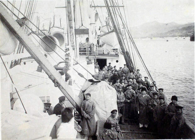31. Больные на палубе парохода «Царица». Япония, Иокогама. 1901