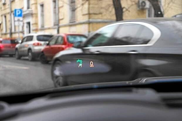 Мы сравнили Hudway Glass со штатным проектором седана Jaguar XE: «родная» проекция на лобовое стекло оказалась значительно четче картинки Хадвея.