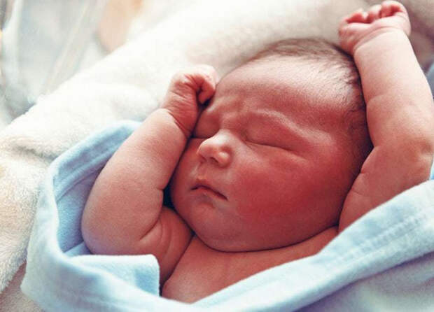 Причины, по которым новорожденный ребенок выгибается дугой и запрокидывает голову