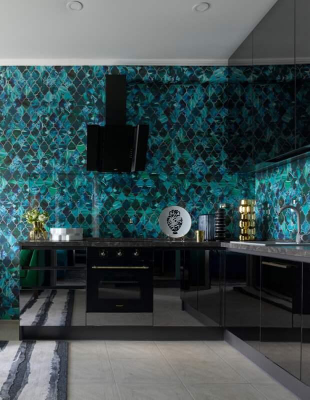 Красивая узорная плитка бирюзового цвета на кухне