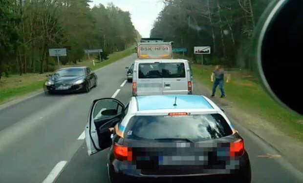Белорусские туристы выбросили мусор в окно машины и моментально получили урок от поляков