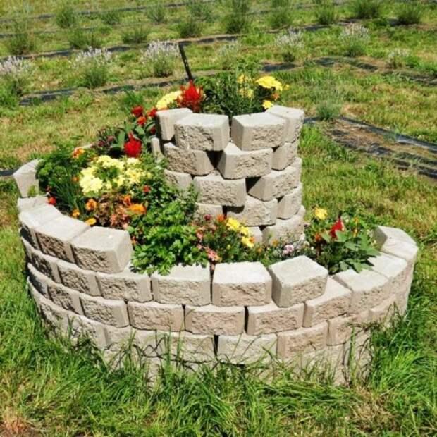 Камни подходящей формы с закруглением и достаточной площадью можно аккуратно выложить без раствора. /Фото: i.pinimg.com
