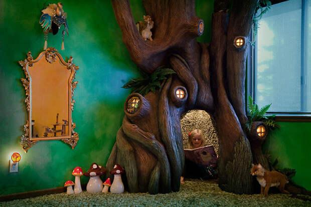 Затем отец самостоятельно покрасил и расписал дерево дерево, дочь, отец, спальня