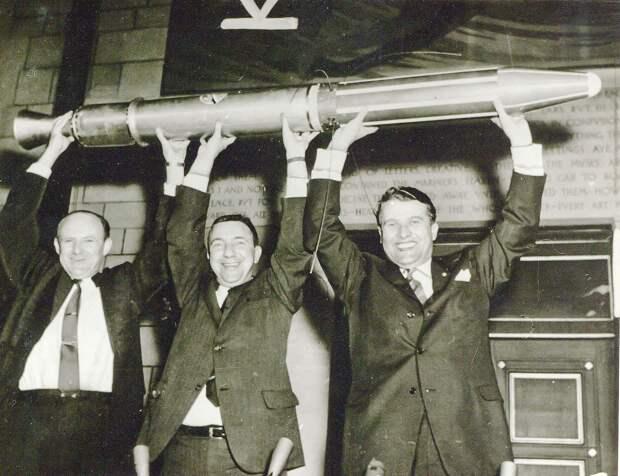 07. 1958, февраль. Научная группа Вернер фон Браун празднует успех «Эксплорер-1» и открытие радиационных поясов вокруг Земли названных поясами ван Аллена.