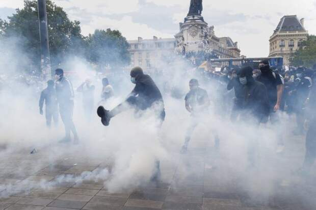 В Париже акция против расизма переросла в столкновения с полицией: видео