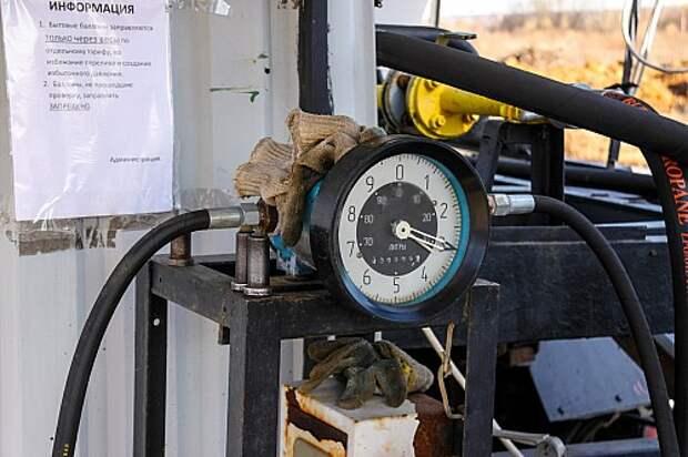 Так отсчитывают литры на АГЗС около деревни Ярославищи, что в Тверской области. Антиквариат нынче дорог, и, видимо, поэтому цена топлива здесь оказалась самой высокой.