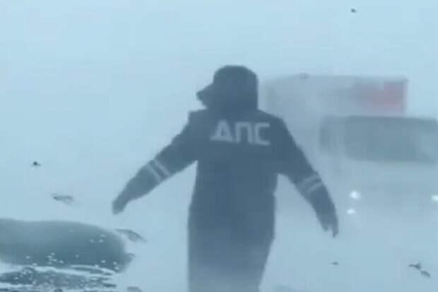 Следуй за мной... В Оренбургской области сотрудник ДПС в метель помогал водителям находить дорогу