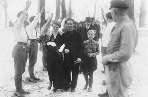 Позади - Гитлер в качестве свидетеля, 1931 год.