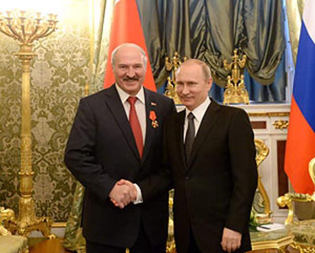 Владимир Путин вручил награду Александру Лукашенко