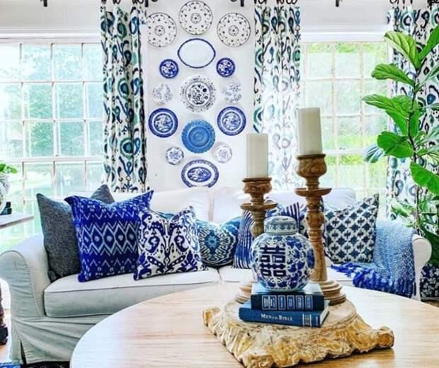 Бело-синяя вторая гостиная. Фото из Инстаграм-аккаунта Кортни @zigandcompany
