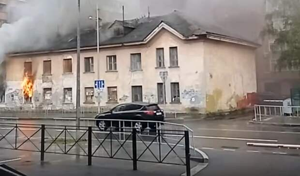 ВТюмени наОрджоникидзе сгорел старый необитаемый дом