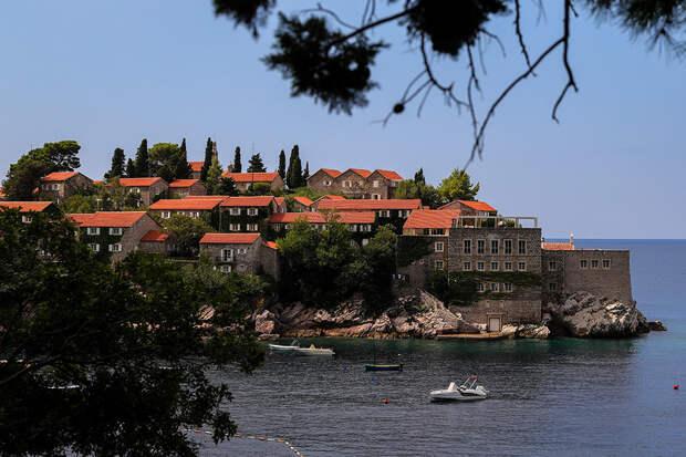 Черногория снимает все ограничения для туристов из России