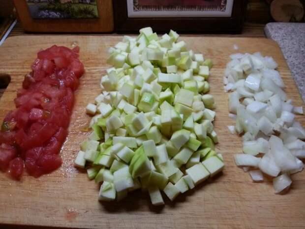 Нарезанные кубиками кабачок, перец и лук