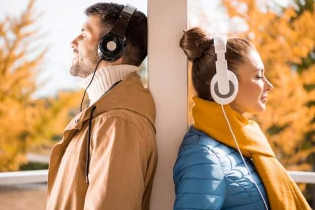 парень и девушка слушают музыку в наушниках