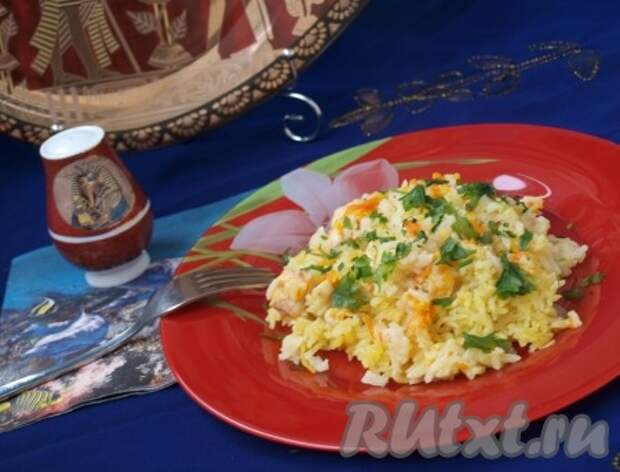 Разогреть духовку до 180 градусов и готовить рис с курицей 45-50 минут. Следите, чтобы рис не пригорел, по необходимости нужно будет долить воду. Готовый рис с курицей выложить на тарелку и посыпать петрушкой.