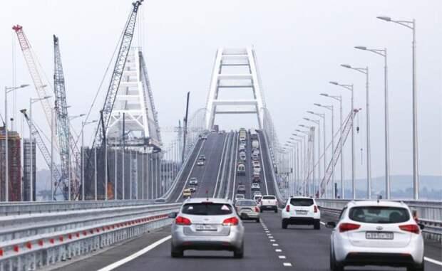 На фото: автомобили во время движения по Крымском мосту через Керченский пролив