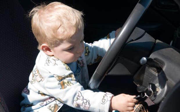 Малыш заперся в машине с ключами. На помощь пришли спасатели
