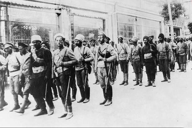 Белая армия на улицах Тифлиса, Грузия, 1918 г.