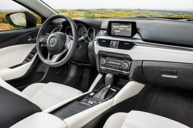 Передняя панель обновленной Mazda6 радикально отличается от дорестайлинговой