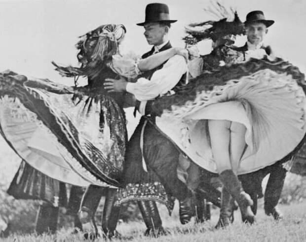 Венгры танцуют танец чардаш, 1938 г. история, картинки, фото