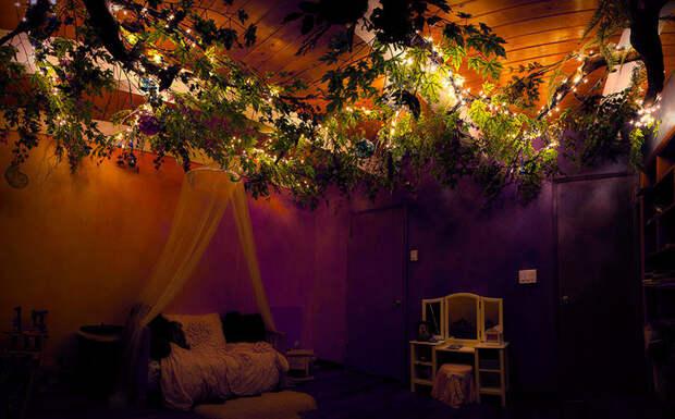 Ветви украсил гирляндой для имитации звезд  дерево, дочь, отец, спальня