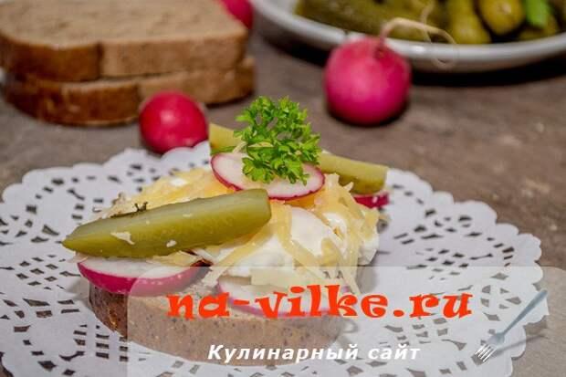 Бутерброд с яйцом, редисом и соленым огурцом