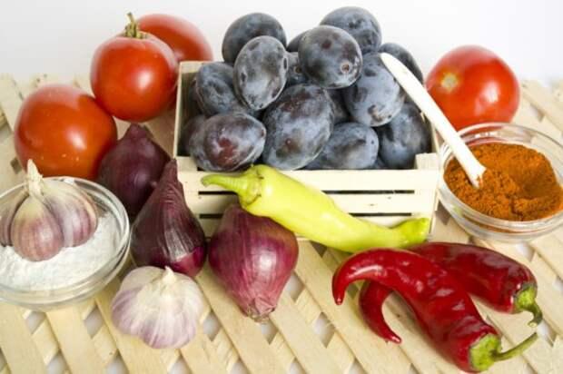 Ингредиенты для приготовления соуса ткемали с кусочками овощей