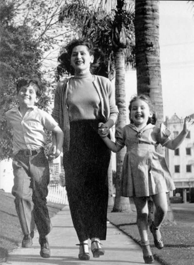 Джо и Рики с матерью Беатрис.jpg