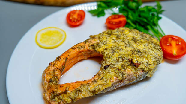 Фото к рецепту: Красная рыба в сметанно-сырном соусе