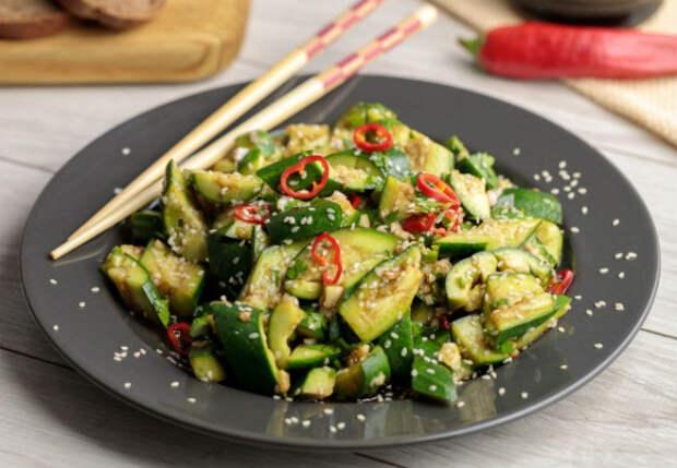 Разбиваем огурцы и заливаем соусом: салат-закуска разлетается за минуты