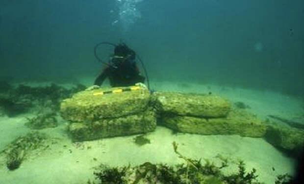 Дварка, Индия Древний Дварка располагался на берегу реки Гомти. Считается, что в результате определенных событий он погрузился под воду. Руины были обнаружены в 2000 году на глубине 35 метров в Камбейском заливе. Возраст некоторых поднятых артефактов датируется 7500 годом до н.э.