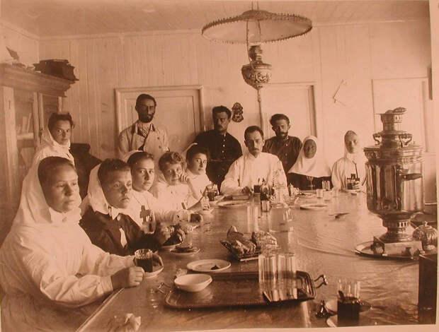 25. Медицинский персонал в столовой баржи-лазарета Мраморного дворца. Харбин