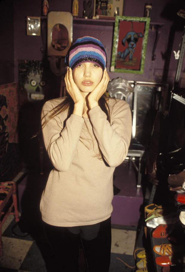 Анджелина Джоли (Angelina Jolie) в фотосессии Мишеля Буркара (Michel Bourquard) (1994), фото 20