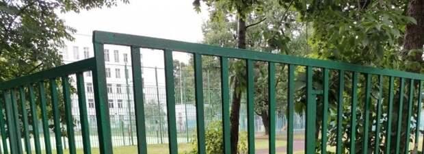 Коммунальщики покрасили забор около школы на Коминтерна