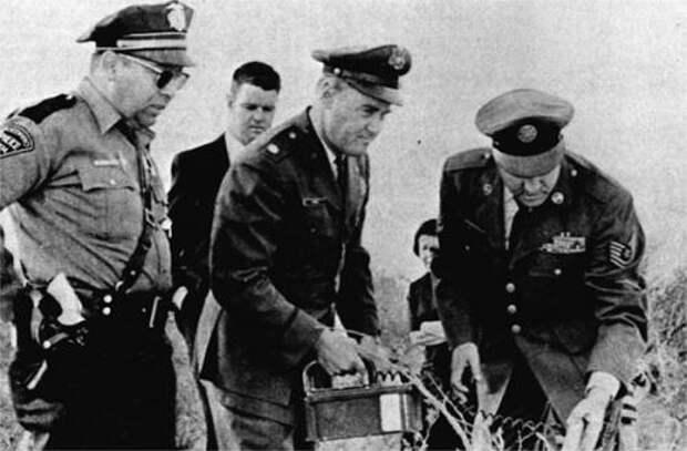 Лонни Замора (крайний слева) и представители ВВС на месте посадки НЛО