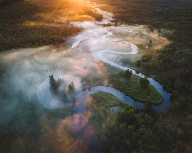 Река-змея в мечтательной туманной дымке.