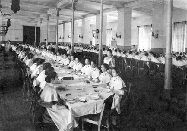 Смолянки в столовой. Выпускной альбом института 1889 года