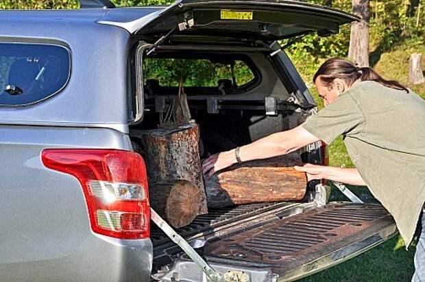 Загружать накрытый колпаком огромный кузов неудобно. Зато такой багажник можно помыть струей воды из шланга.