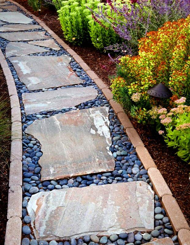 Оригинальная садовая дорожка из дерева и камня.