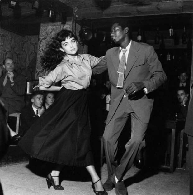 Стильно одетые танцоры в клубе.