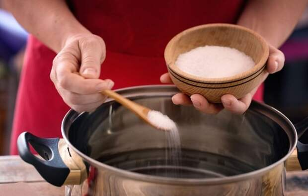 Солевой раствор хорошо впитывает и удерживает запахи / Фото: firstforwomen.com