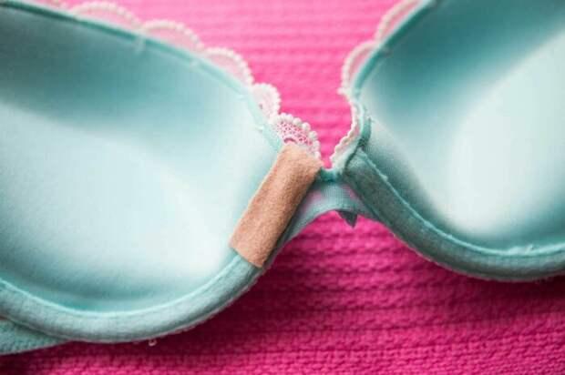 Обычный кусочек пластыря может спасти в неприятной и неловкой ситуации. /Фото: mysimpleremedies.com
