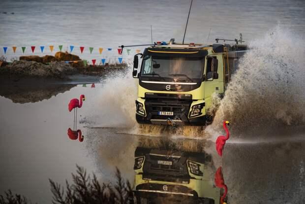 Новое видео Volvo Trucks: четырехлетняя девочка заставляет грузовой автомобиль кувыркаться с помощью пульта дистанционного управления