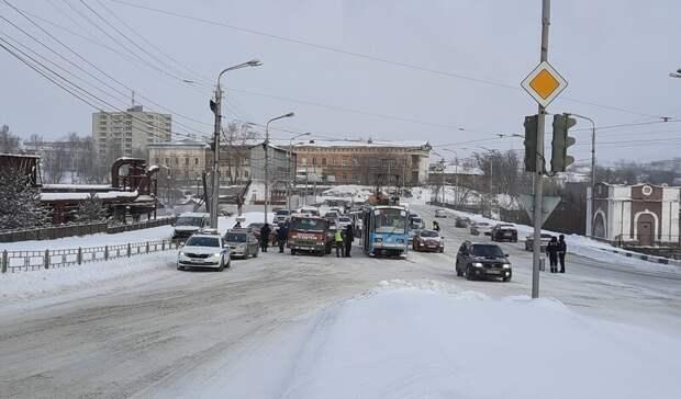 Вмерзшие влед автомобили имассовоеДТП. Итоги дня вСвердловской области