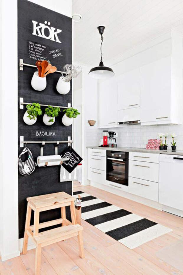 Грифельная стена с полочками. /Фото: interiorizm.com